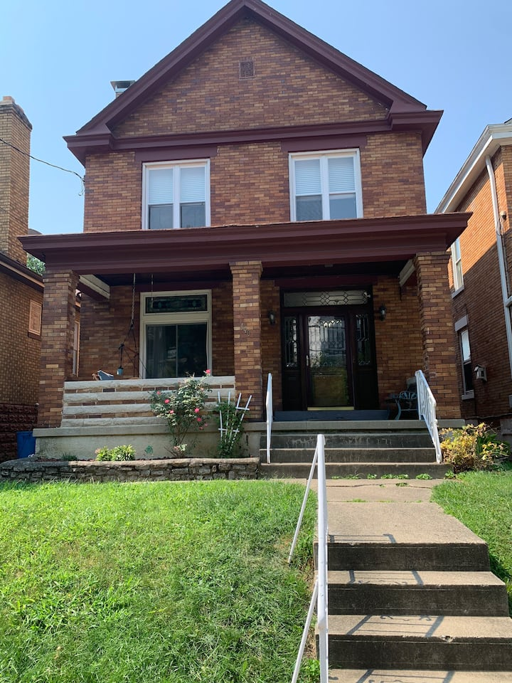 Charming 2 bed home near downtown with a view!