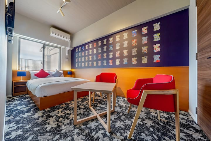 This bedroom has a double bed. There are cute and colorful kimono images on the walls. Please enjoy looking at the unique patterns!