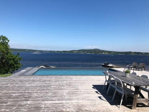 Villa vid havet med egen strand, stenpir och pool