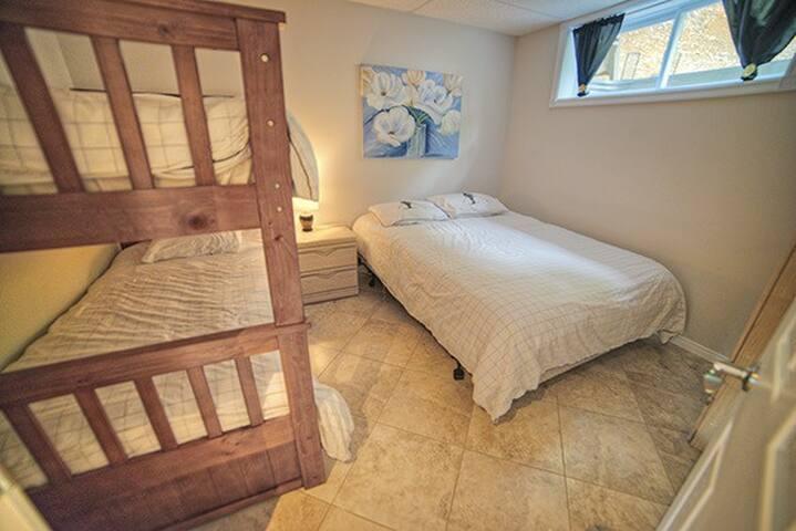 Chambre secondaire plancher chauffant avec lit queen et lit superposé