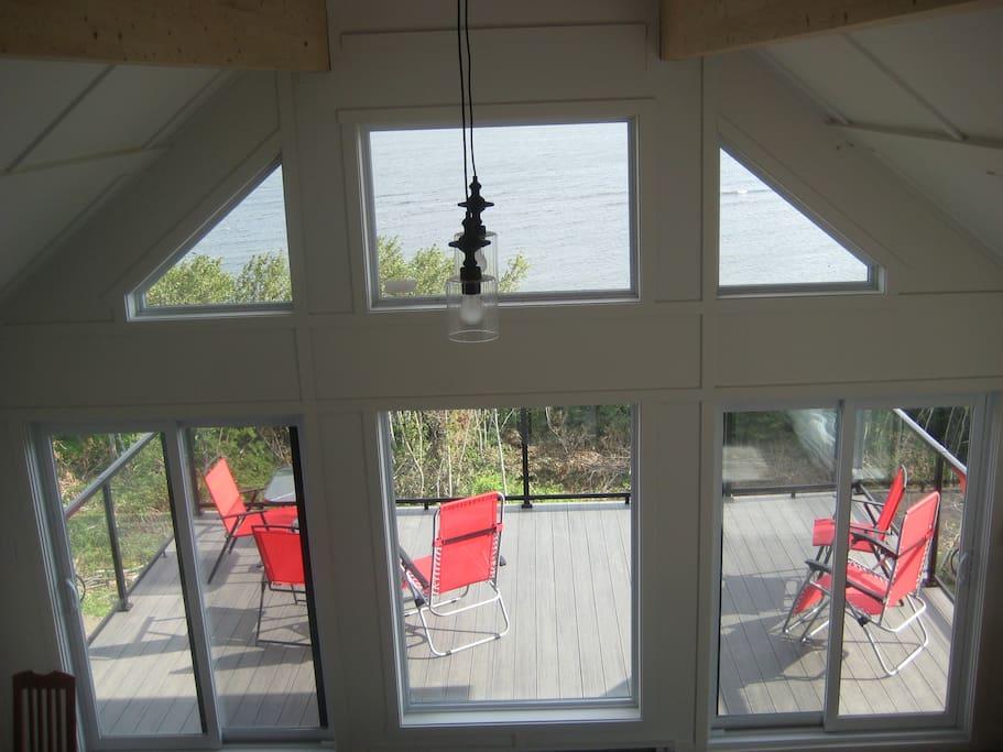 maison toit cathedrale fenestre bord de l 39 eau. Black Bedroom Furniture Sets. Home Design Ideas