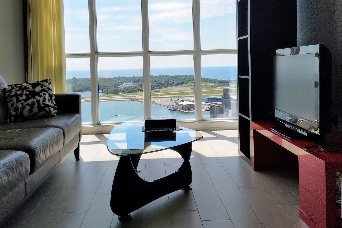 Beautiful lake view at 39 Floor. Walking distance to Rogers centre, CN tower , Aquarium island airport..