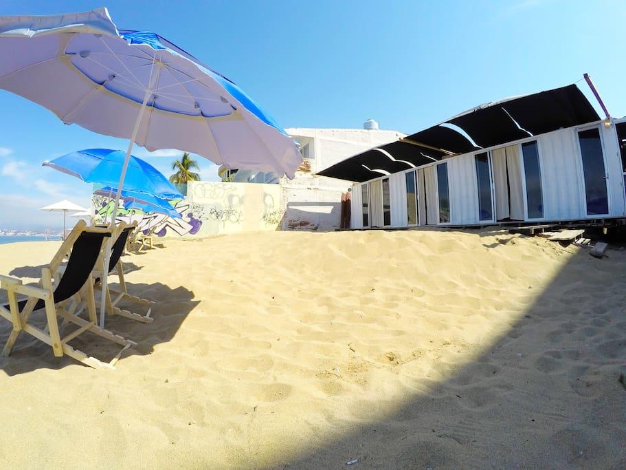 habitaciones a pie de playa, cada habitación cuenta con su sombrilla y sillas para observar el mejor atardecer de manzanillo.