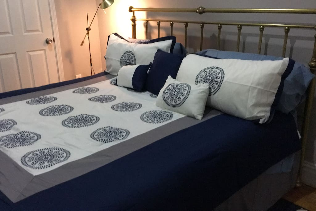 New King size tempurpedic mattress makes sleeping lovely. Reading lamp, complimentary magazines, cozy new blankets and soothing accessories help ensure a good night's sleep.