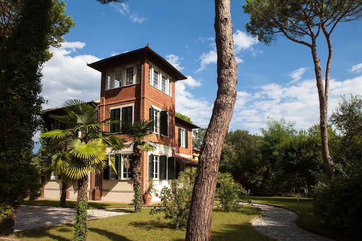 La tua camera in una Villa Liberty sul mare - Province of Massa and Carrara - Bed & Breakfast