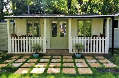 West Stowell - Cosy Garden Room Getaway