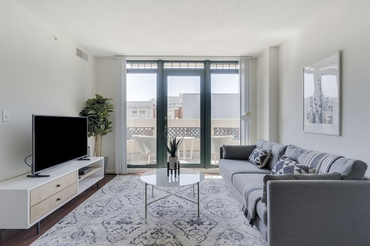 Chic 1BR in DC near Metro, Gym + Rooftop Pool