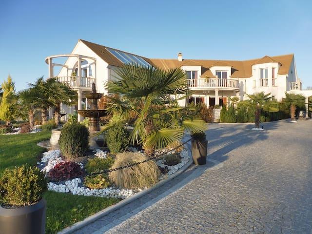 Villa entière avec piscine et jacuzzi intérieur