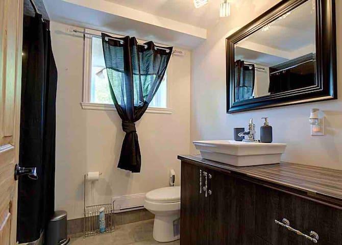 Salle de bain partagée avec grande douche   Shared bathroom with big shower