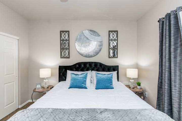 Luxury King beds~Minutes to Kierland ~with Parking