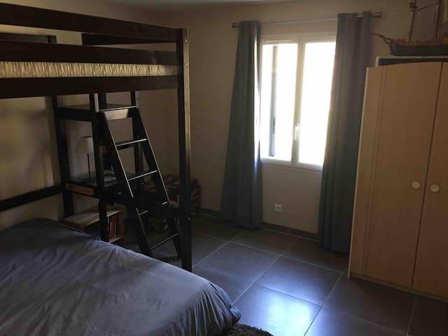 La chambre Nord qui dispose d'un lit en 140cm