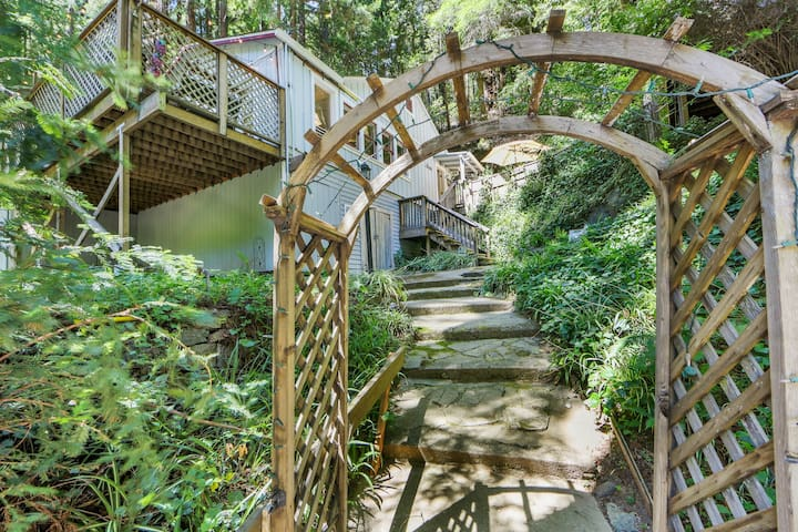 Charming woodland home w/deck & patio-near Russian River