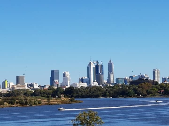 Riverfront Perth views, luxury unit & parking WiFi