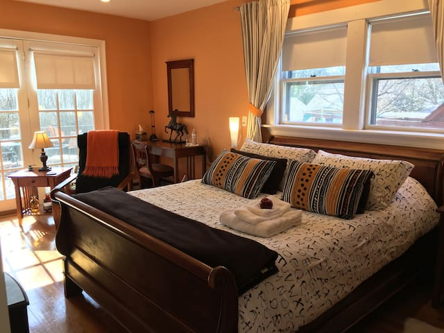 Nicely Decorated in Boston Suburb ! - Waltham - House