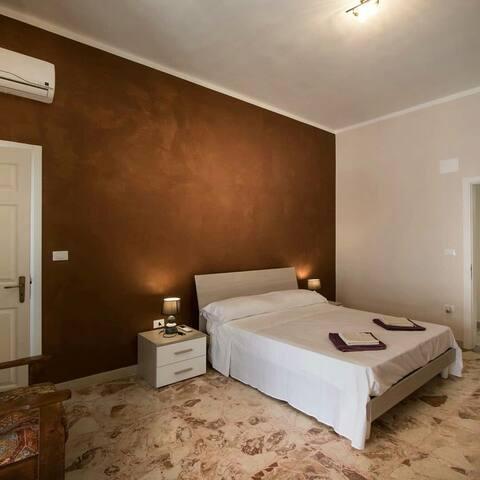Camera matrimoniale con bagno privato e balcone