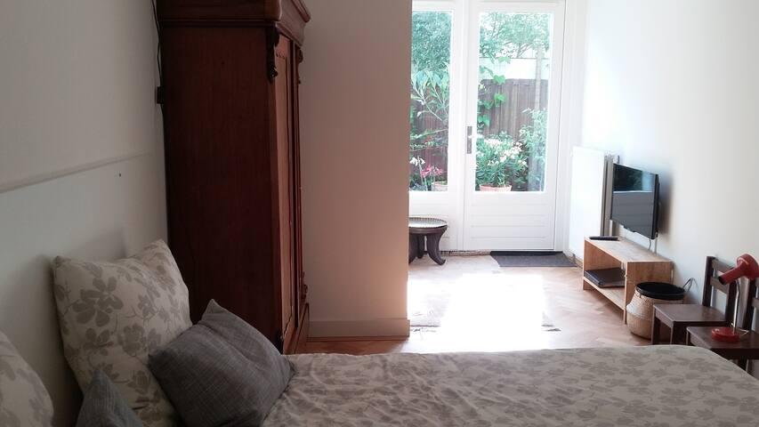 Quiet, stylish ground floor apartment with garden