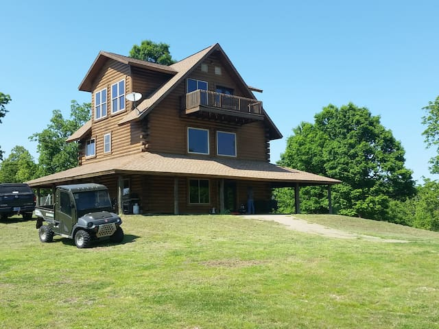 Unique Arkansas mountaintop log home on 120 acres - Yellville - Nature lodge