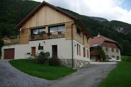 vue sur le lac d'Annecy - House