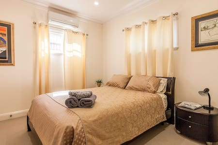 Beautiful, modern, private ensuite: The Gold Room - Wilston - Aamiaismajoitus