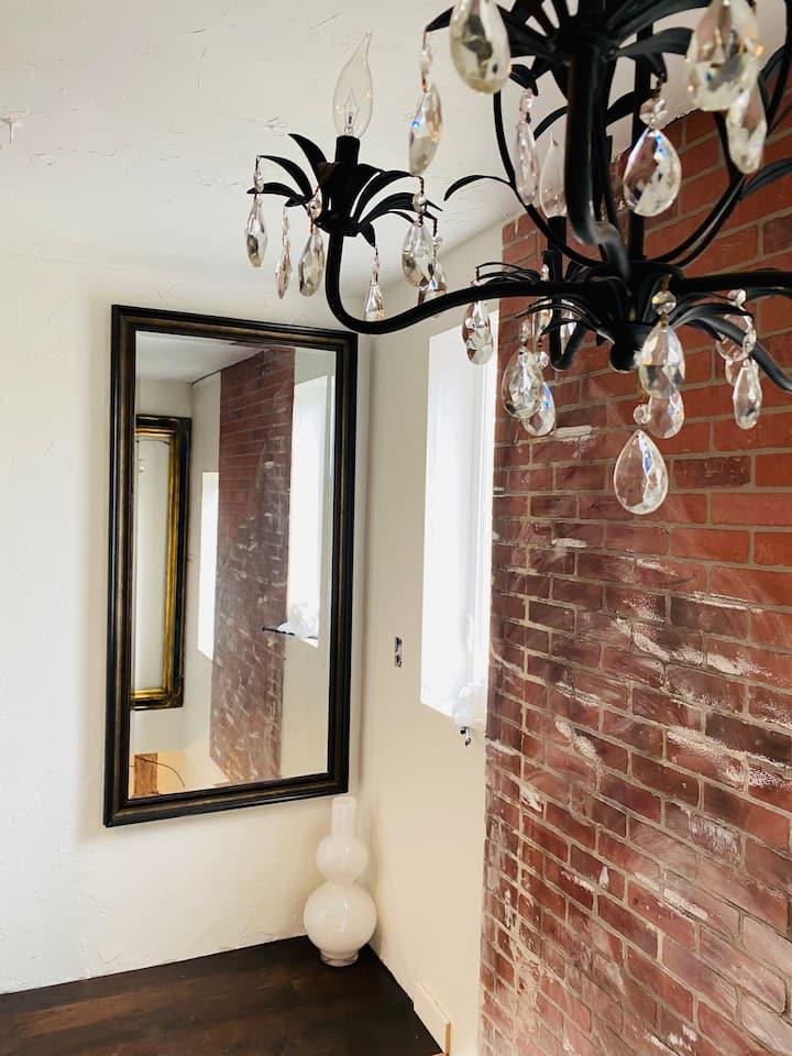 Cozy Speakeasy 1 bedroom Loft