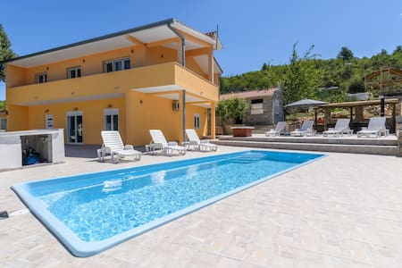 Luxury 5BR Hacienda with pool in Trogir vicinity