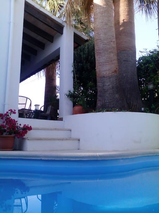 Acceso a la piscina desde la terraza delantera