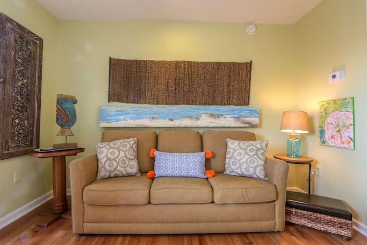 1 min to Beach. Artistic & Relaxing Condo Located in the Heart of Fun-Filled Folly Beach. W/Parking.