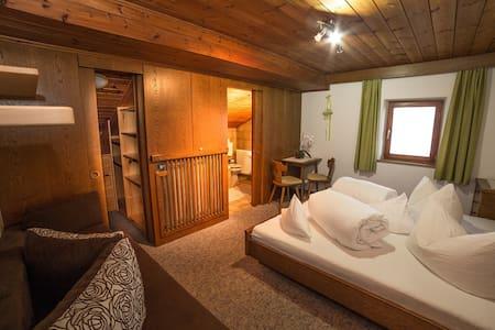 Doppelzimmer mit Blick auf die Dolomiten - Kastelruth - B&B/民宿/ペンション