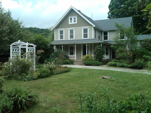 Beautifully Renovated Berkshires Farmhouse-Bedrm 1 - West Stockbridge - 一軒家