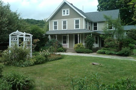Beautifully Renovated Berkshire Farmhouse - West Stockbridge