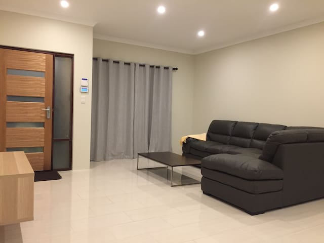 Family Holiday House - Thornlie-B