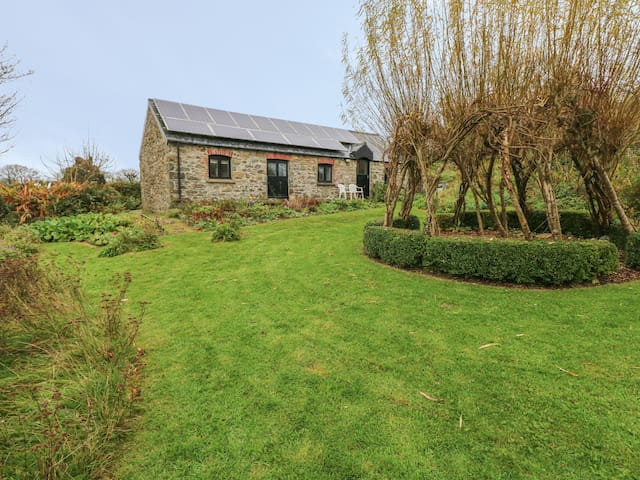 FRONRHYDD FACH, pet friendly, with a garden in Letterston, Ref 971412