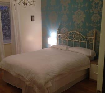 Top Floor Master bedroom with orthopedic mattress - Kennington - House