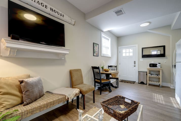 Extra Clean - Cozy 3 Bed Carriage House w Parking!