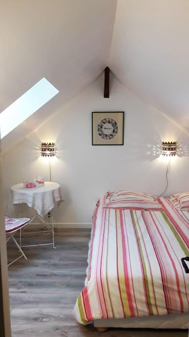 Ce grand lit double 180x200, de qualité hôtelière, est constitué de 2 lits 90x200, que je peux préparer séparés sur demande.