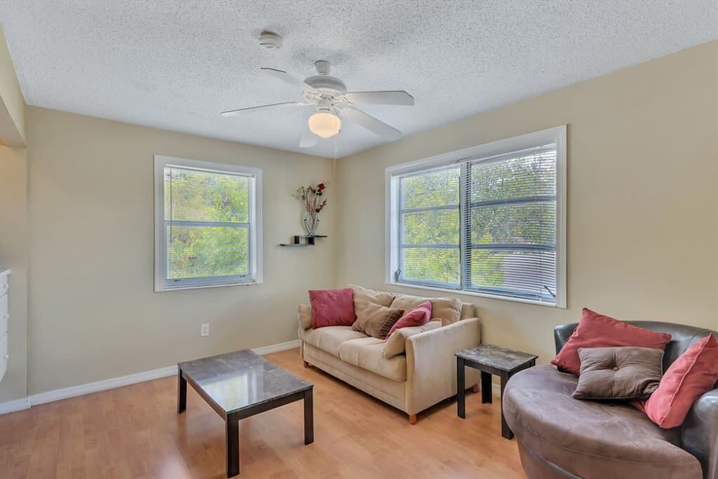 Bright Living Room with Cable TV and Wi-Fi!