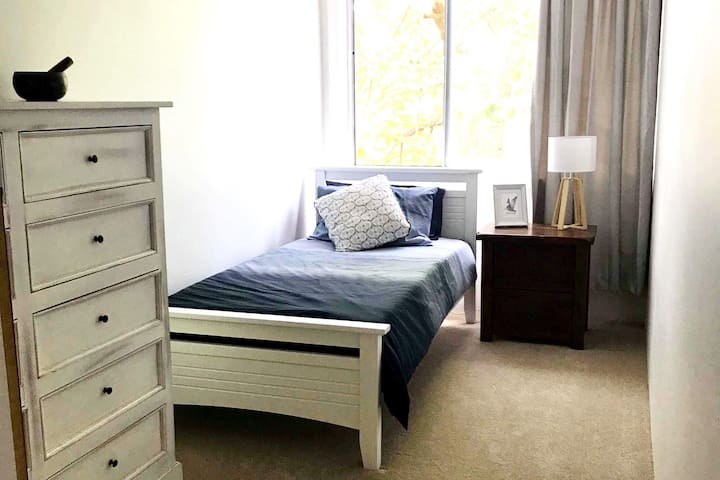 Cozy Bedroom Retreat for 1  in Surfers Paradise