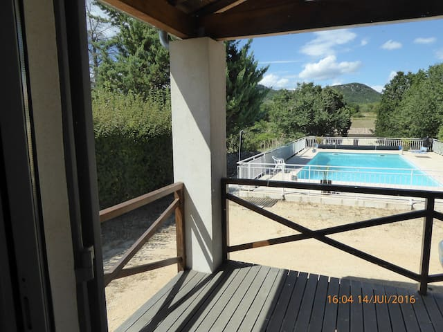 Chambre : 22 m2  vue sur piscine et la garrigue