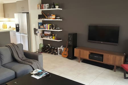 Private room in modern home - Tuart Hill