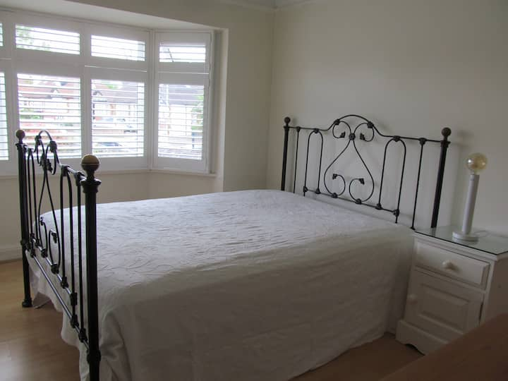 A bright double room overlooking Gdn in Surbiton: