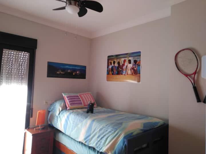Soleada habitación azul