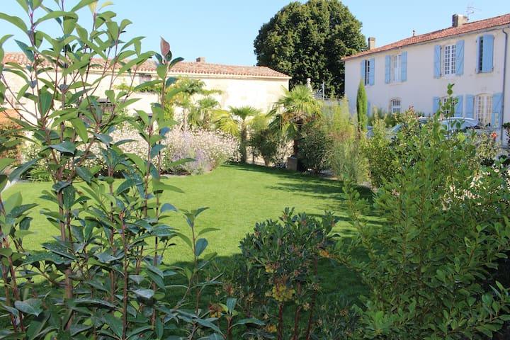 """Gîtes """"La Charmaie"""" 12 pers. - 20' La Rochelle - Aigrefeuille-d'Aunis - Apartament"""