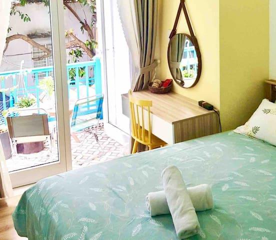 Sunny quiet room*Stay w/ local*5min to MyKhe beach