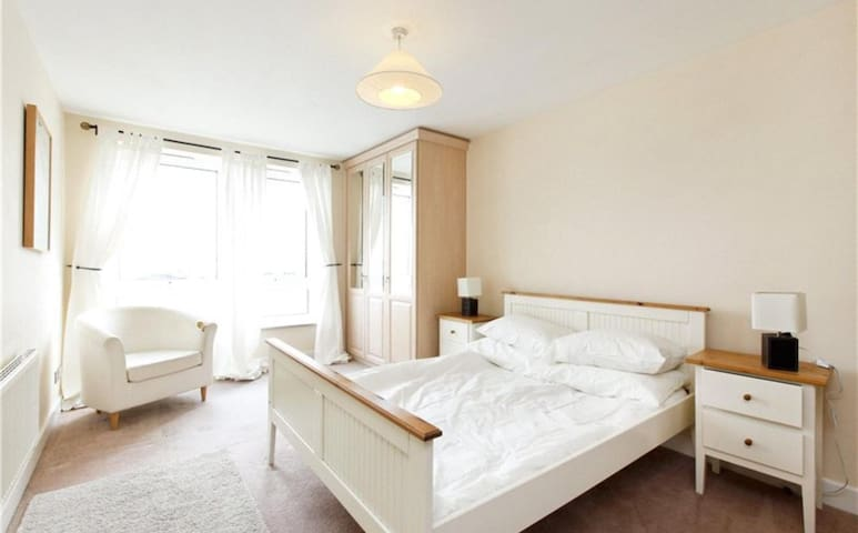 Amazing En-suite Room In front of the Thames River