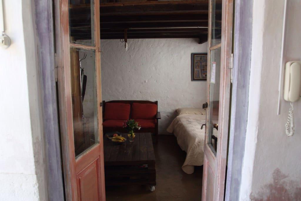 Esta  casa  fue construida en 1880, tiene un patio central abierto y las habitaciones dan a ese patio, lo mismo la cocina y el baño, el baño para huéspedes se encuentra afuera. La habitación es espaciosa y bien iluminada. Él mobiliario es mayormente de madera. Es una casa vieja pero cuidamos mucho la limpieza.