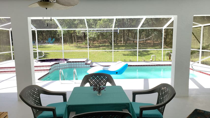 15 min to Crystal River- Spacious Pool Retreat