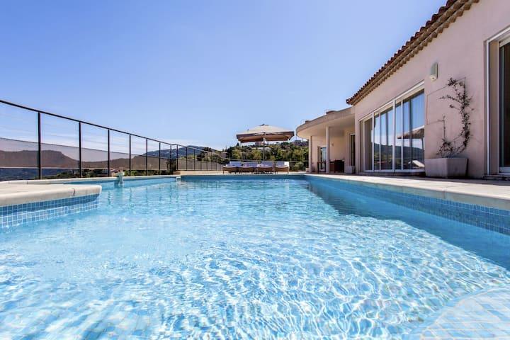Opulent Villa in Les Adrets-de-l'Estérel With Swimming Pool