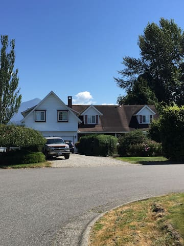 Large house, country setting, mountain views. - Chilliwack - Casa