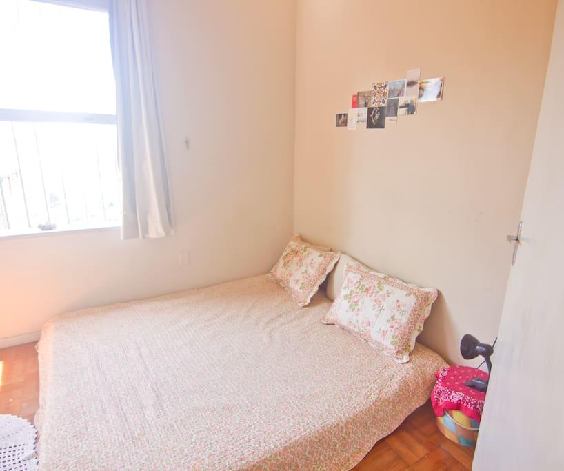 Quarto aconchegante. Podemos arrumar as camas para solteiros ou casal. vista da porta da sala.