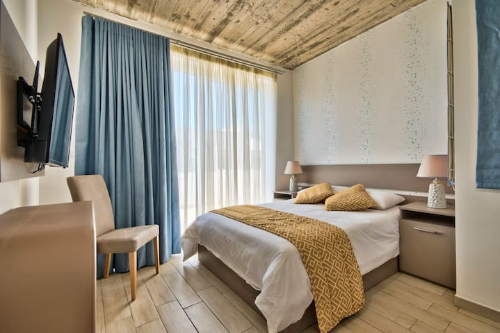 Luxury Cozy Suite with double bed and verandah